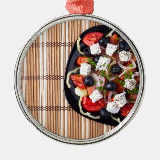 Draufsicht des frischen vegetarischen Salats auf Silbernes Ornament