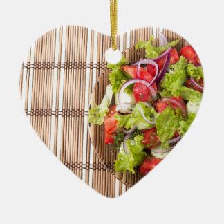 Draufsicht des vegetarischen Salats auf einer Keramik Herz-Ornament