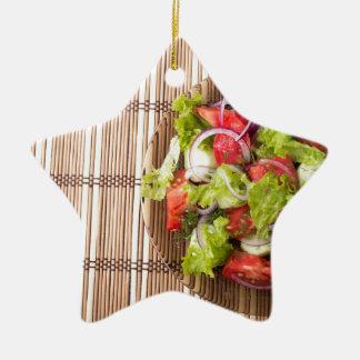 Draufsicht des vegetarischen Salats auf einer Keramik Stern-Ornament