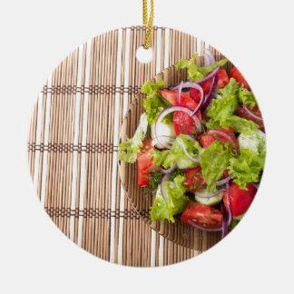Draufsicht des vegetarischen Salats auf einer Rundes Keramik Ornament