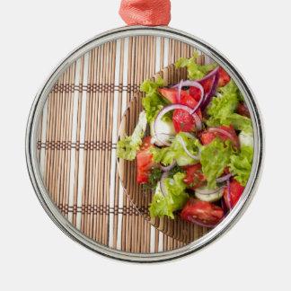 Draufsicht des vegetarischen Salats auf einer Rundes Silberfarbenes Ornament
