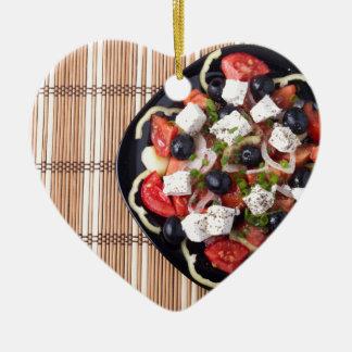 Draufsicht des vegetarischen Salats in einer Keramik Herz-Ornament