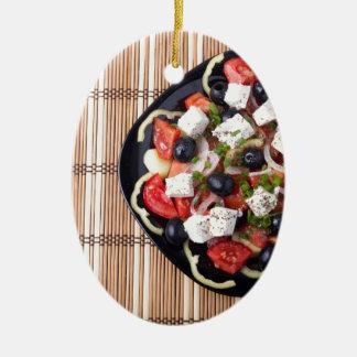 Draufsicht des vegetarischen Salats in einer Keramik Ornament