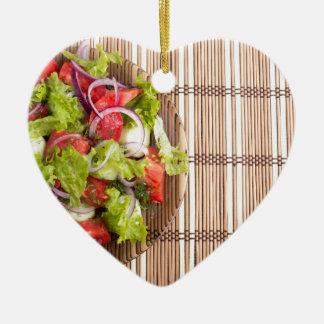 Draufsicht des vegetarischen Salats vom Keramik Herz-Ornament