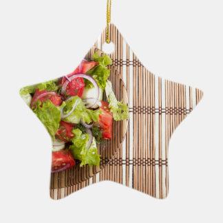 Draufsicht des vegetarischen Salats vom Keramik Stern-Ornament
