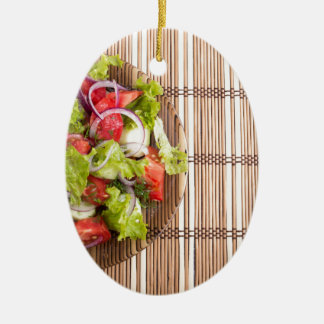 Draufsicht des vegetarischen Salats vom Ovales Keramik Ornament