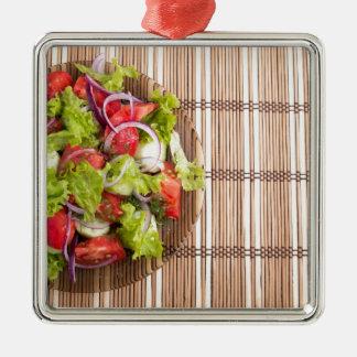 Draufsicht des vegetarischen Salats vom Quadratisches Silberfarbenes Ornament
