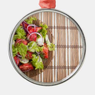 Draufsicht des vegetarischen Salats vom Rundes Silberfarbenes Ornament