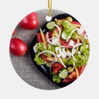 Draufsicht einer kleinen Platte des rohen Salats Rundes Keramik Ornament