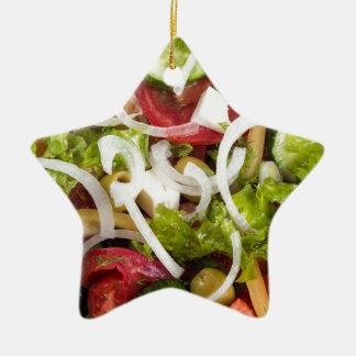 Draufsicht einer Platte des Salats hergestellt von Keramik Ornament