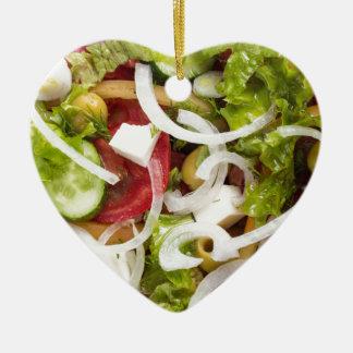 Draufsicht eines Salats gemacht vom natürlichen Keramik Herz-Ornament