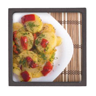 Draufsicht eines vegetarischen Tellers mit Bio Schachtel