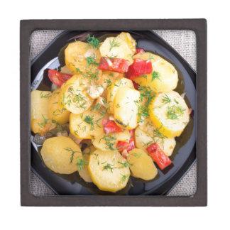 Draufsicht über ein Eintopfgericht der Kartoffeln Kiste