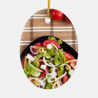 Draufsicht über einen Frischgemüsesalat mit Keramik Ornament