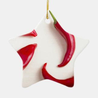Draufsicht über Paprikaschoten eines heiße rote Keramik Stern-Ornament