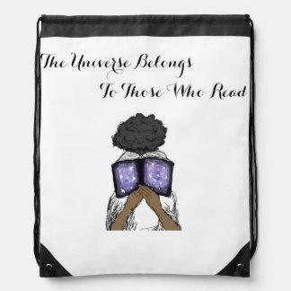 Drawstring-Tasche mit dem Mädchen, das ein Buch Sportbeutel
