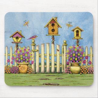 Drei Birdhouses in einem Garten Mauspads