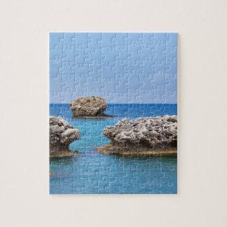 Drei verschiedene Felsen in Küstennähe im Meer Puzzle