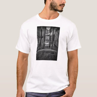 dunkle Gasse im salo Italien T-Shirt