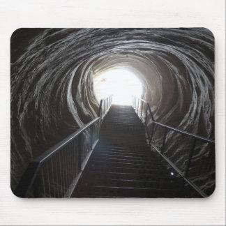 Dunkler Höhlen-Tunnel Mauspads