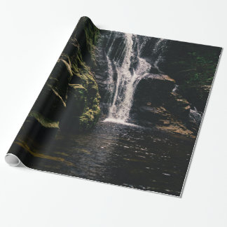 Dunkler Wasserfall und ein See, Natur-Fotografie Geschenkpapier