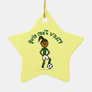Dunkles Fußball-Mädchen im Grün Keramik Stern-Ornament
