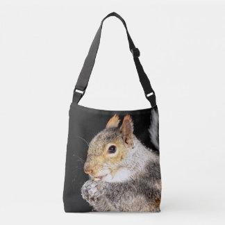 Eichhörnchen, das eine Nuss isst Tragetaschen Mit Langen Trägern