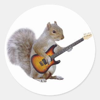 Eichhörnchen, das Gitarre spielt Runder Aufkleber