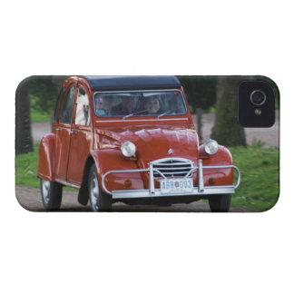 Ein altes rotes Auto Citroen 2CV mit einer Case-Mate iPhone 4 Hülle