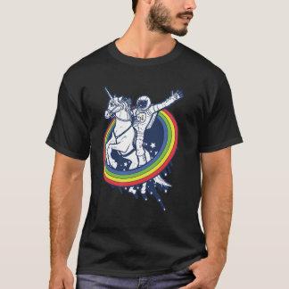 Ein Astronaut, der ein uncorn durch einen T-Shirt