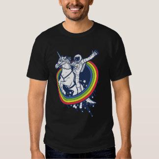 Ein Astronaut, der ein uncorn durch einen Tshirt