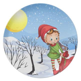 Ein Elf, der eine Tasche der Geschenke hält Teller