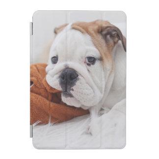 Ein englischer Bulldoggen-Welpe, der mit einer iPad Mini Cover