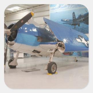 Ein F-6F Hellcat-Weltkriegkämpfer-Flugzeug an Quadratischer Aufkleber