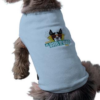 Ein Hund geht in ein Bar - verfolgen Sie T-Shirt Ärmelfreies Hunde-Shirt