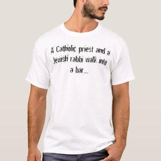 Ein katholischer Priester und ein jüdischer T-Shirt