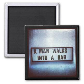 Ein Mann geht in einen Bar-Magneten Quadratischer Magnet