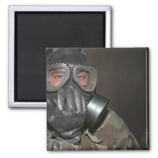 Ein Marinesoldat klärt seine Gasmaske Quadratischer Magnet