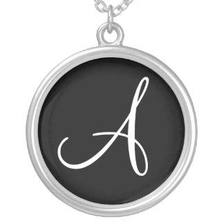 Ein Monogramm-kundenspezifischer runder Halskette Mit Rundem Anhänger