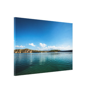 Ein ruhiger See, in dem der Himmel reflektiert Leinwanddruck