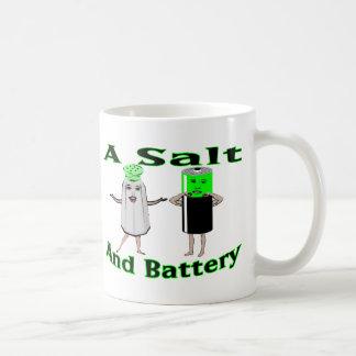 Ein Salz und eine Batterie Kaffeetasse