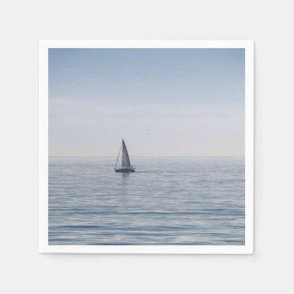Ein Segelboot auf einem ruhigen Meer Servietten
