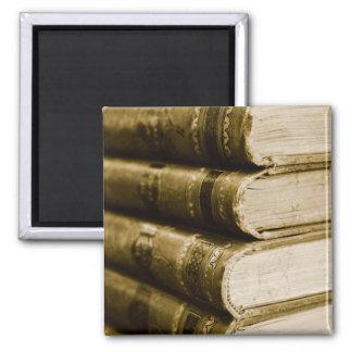 Ein Stapel alte Bücher Quadratischer Magnet