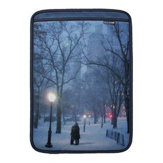 Ein warmer Kuss auf einer kalten Nacht MacBook Air Sleeve