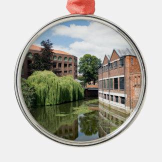 Eine Ansicht des Flusses Foss in York Rundes Silberfarbenes Ornament