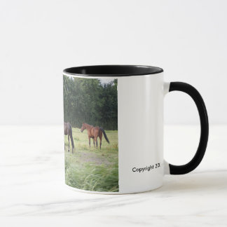 Eine Herde der unterschiedlichen Zucht der Pferde Tasse