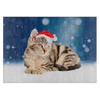 Eine niedliche Katze, die roten Schneidebrett