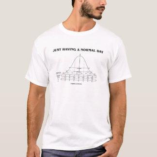 Einen normalen Tag (Notfall-Spaß) gerade, habend T-Shirt