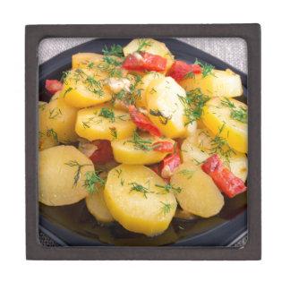 Eintopfgericht der Kartoffeln mit Zwiebel, grünem Schachtel
