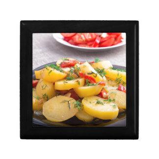 Eintopfgericht der Kartoffeln mit Zwiebel, grüner Erinnerungskiste